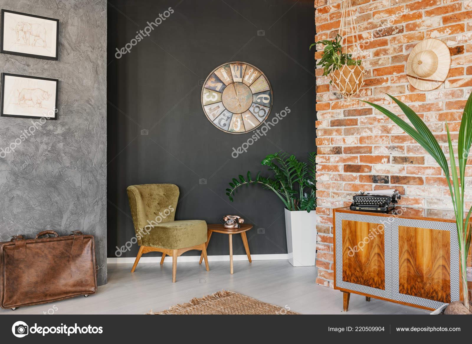 Grote Plant Woonkamer : Grote vintage klok opknoping zwarte muur woonkamer interieur met