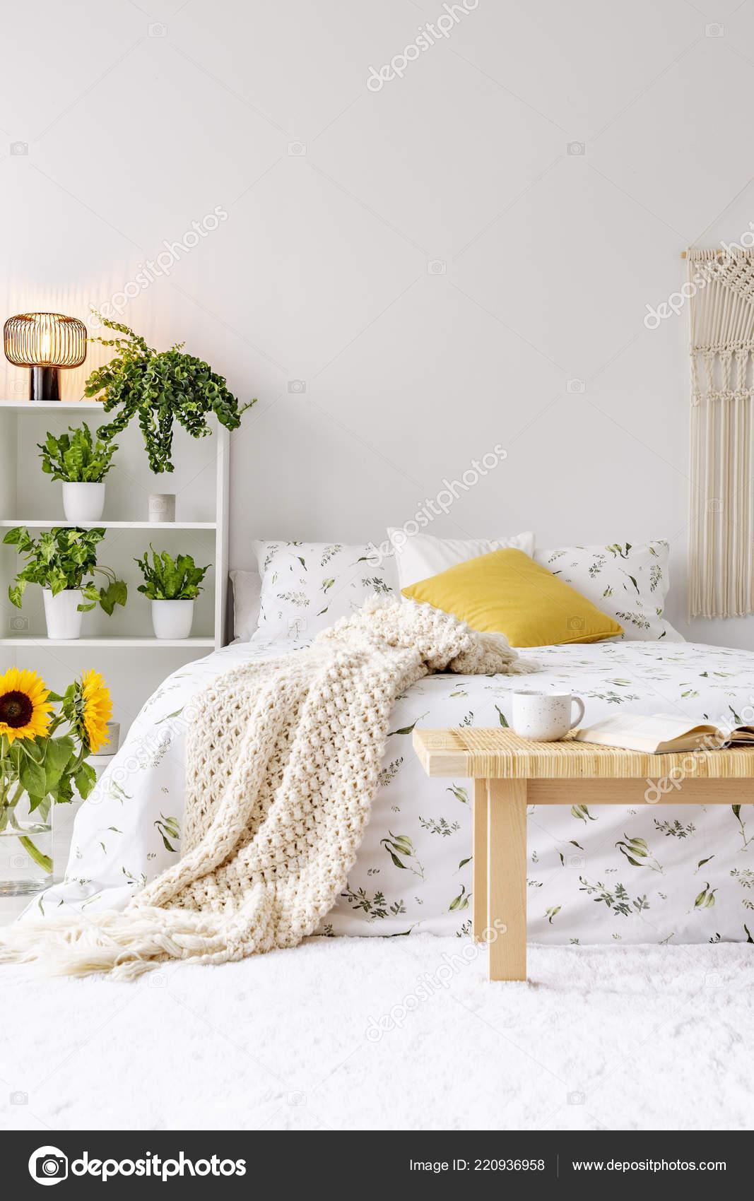 Sonnigen Frühlingstagen Schlafzimmer Innenraum Mit Grünpflanzen ...