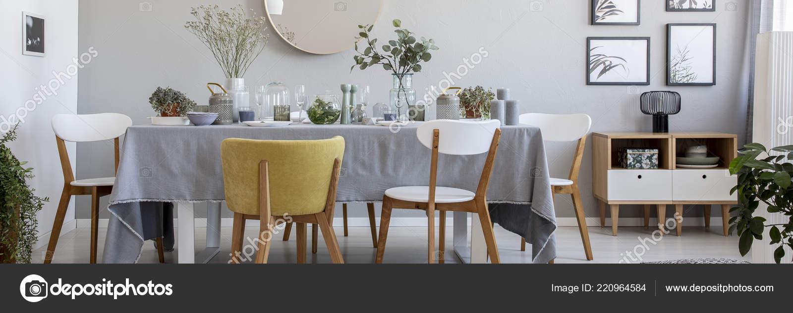 Moderne Stühle Tisch Mit Blumen Und Geschirr Grau Esszimmer ...