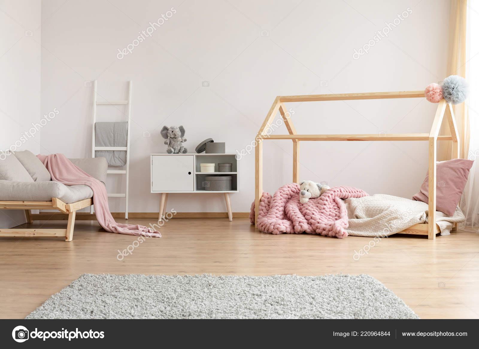 Camera Da Letto Con Divano : Interno camera letto bambino luminoso con divano grigio armadio
