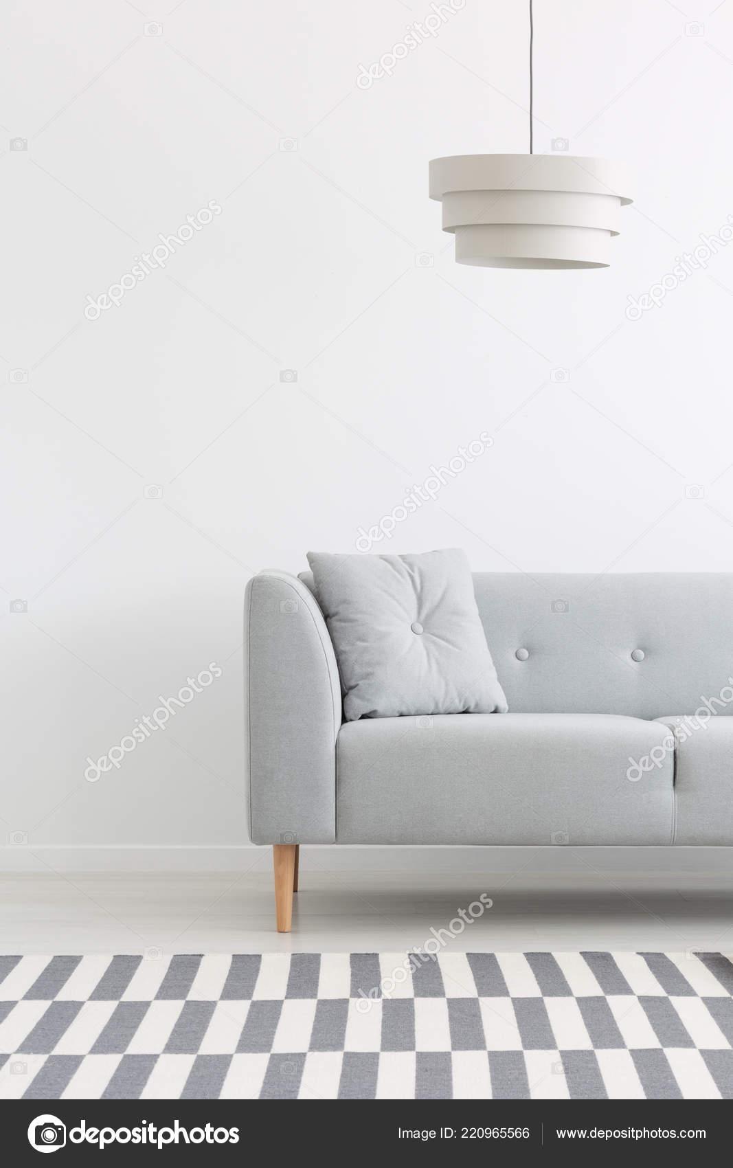 Minimalen Mit Über Kissen Grauen Lampe Wohnzimmer Weißen Sofa D2YWIE9H
