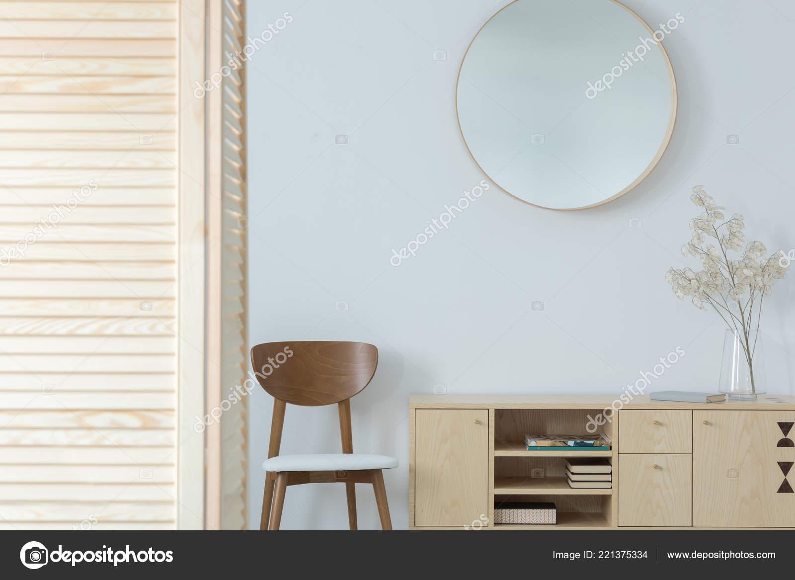 Ronde Houten Spiegel : Ronde spiegel boven houten stoel kabinet minimale wachtkamer