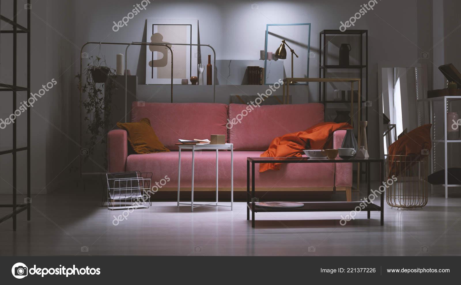 Divano Rosa Cipria : Vista notte del divano rosa cipria con cuscino arancione coperta