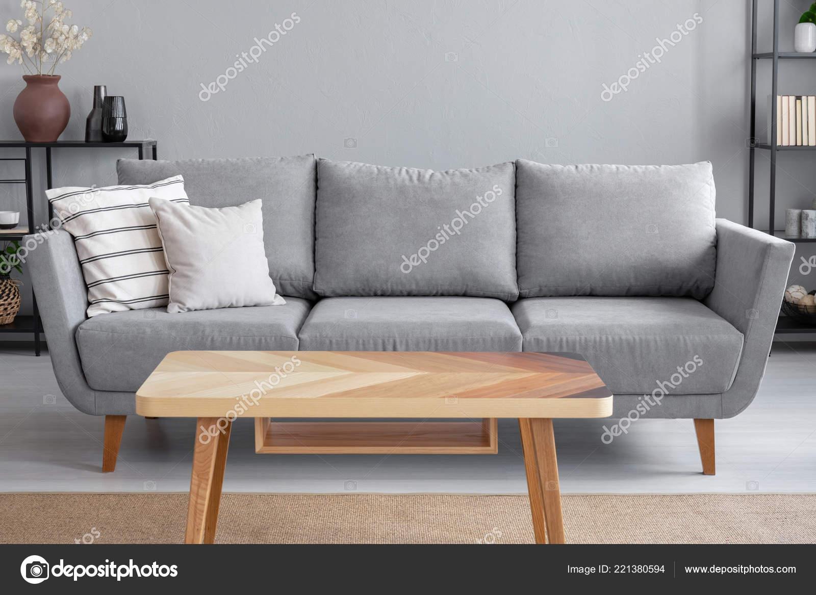 Holztisch Und Grosse Graue Couch Mit Kissen Wohnzimmer