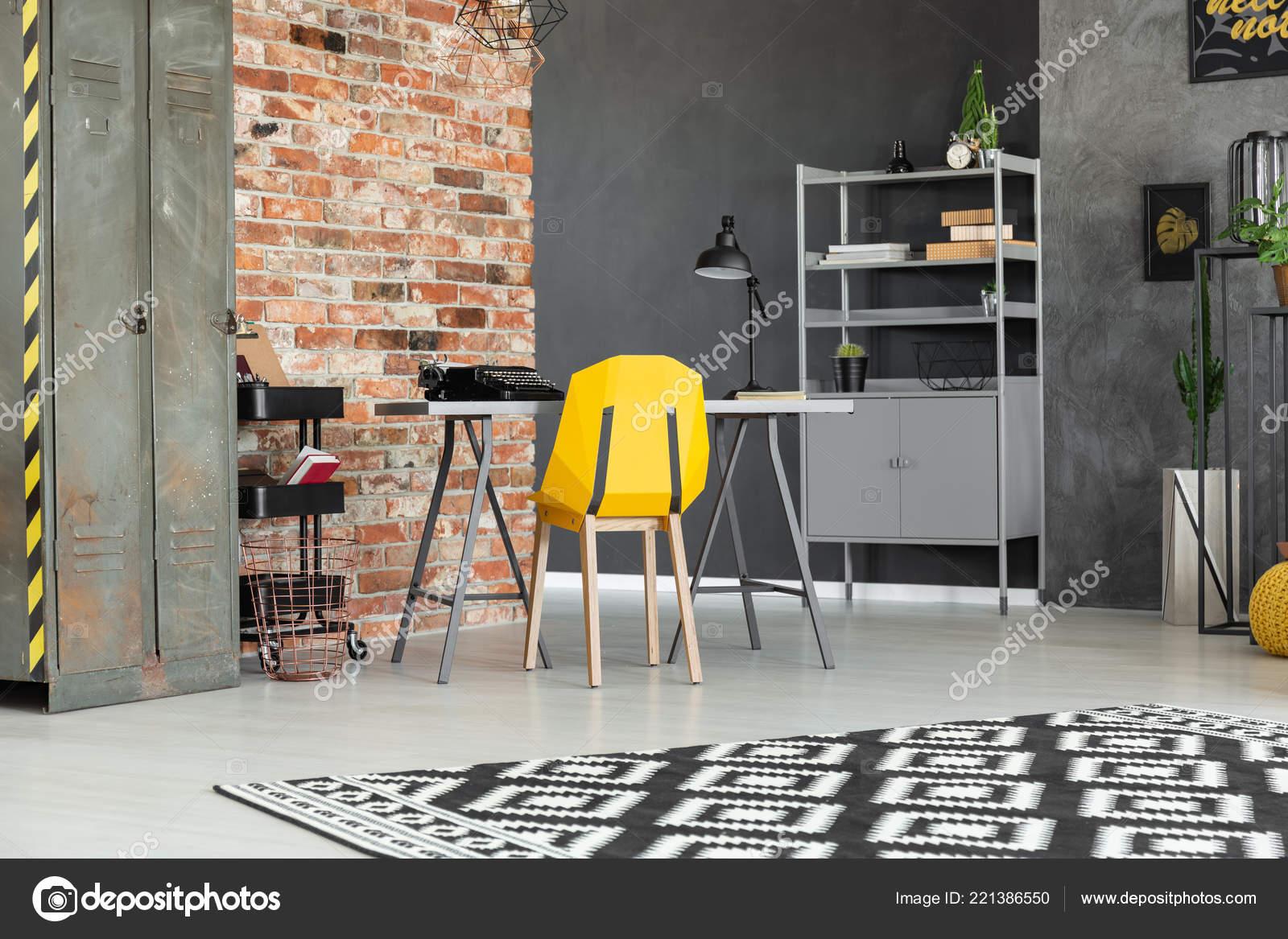 Gele stoel bij bureau tiener roomservice interieur met metalen