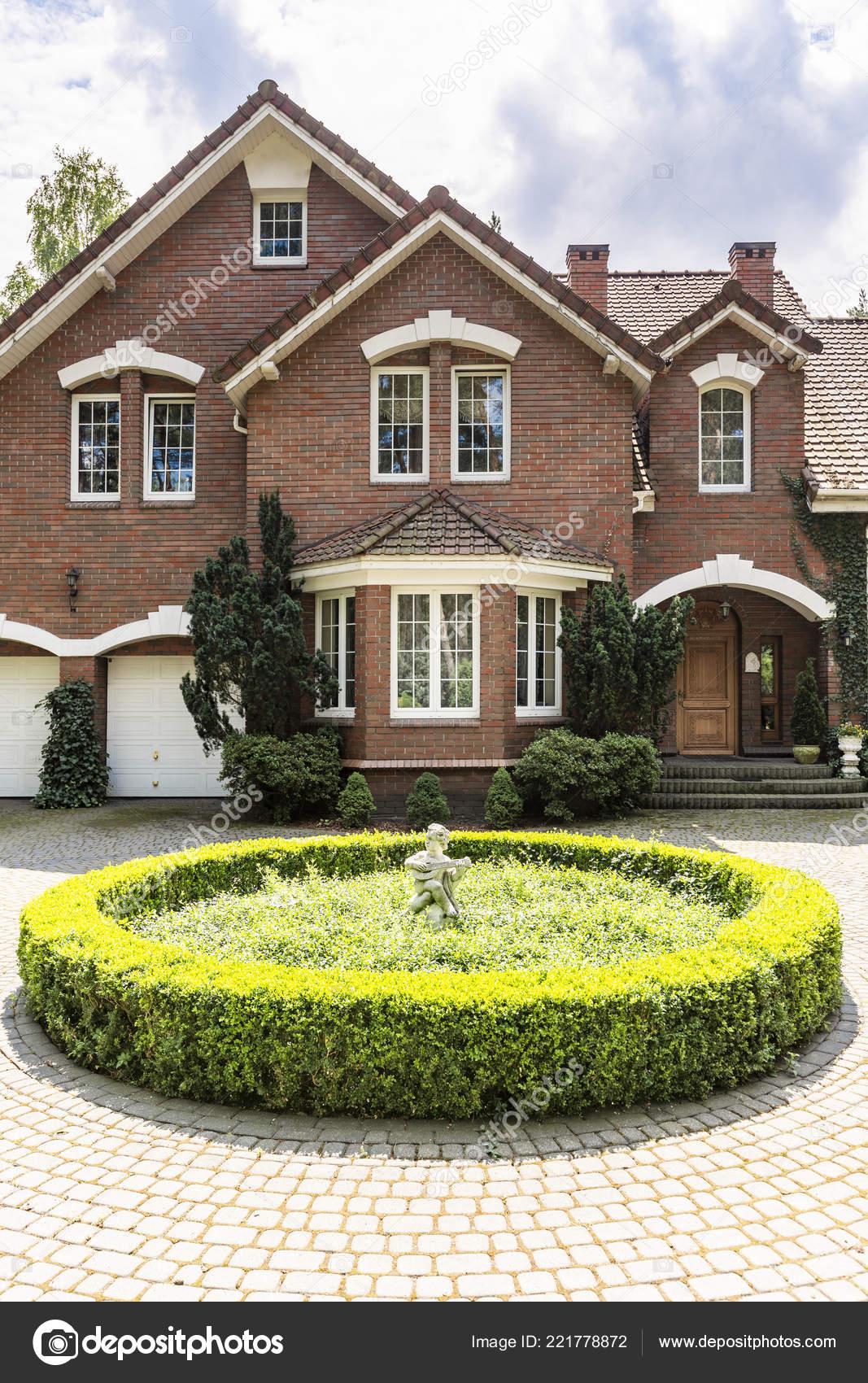 Rond Jardin Devant Maison Dans Style Anglais Avec Des