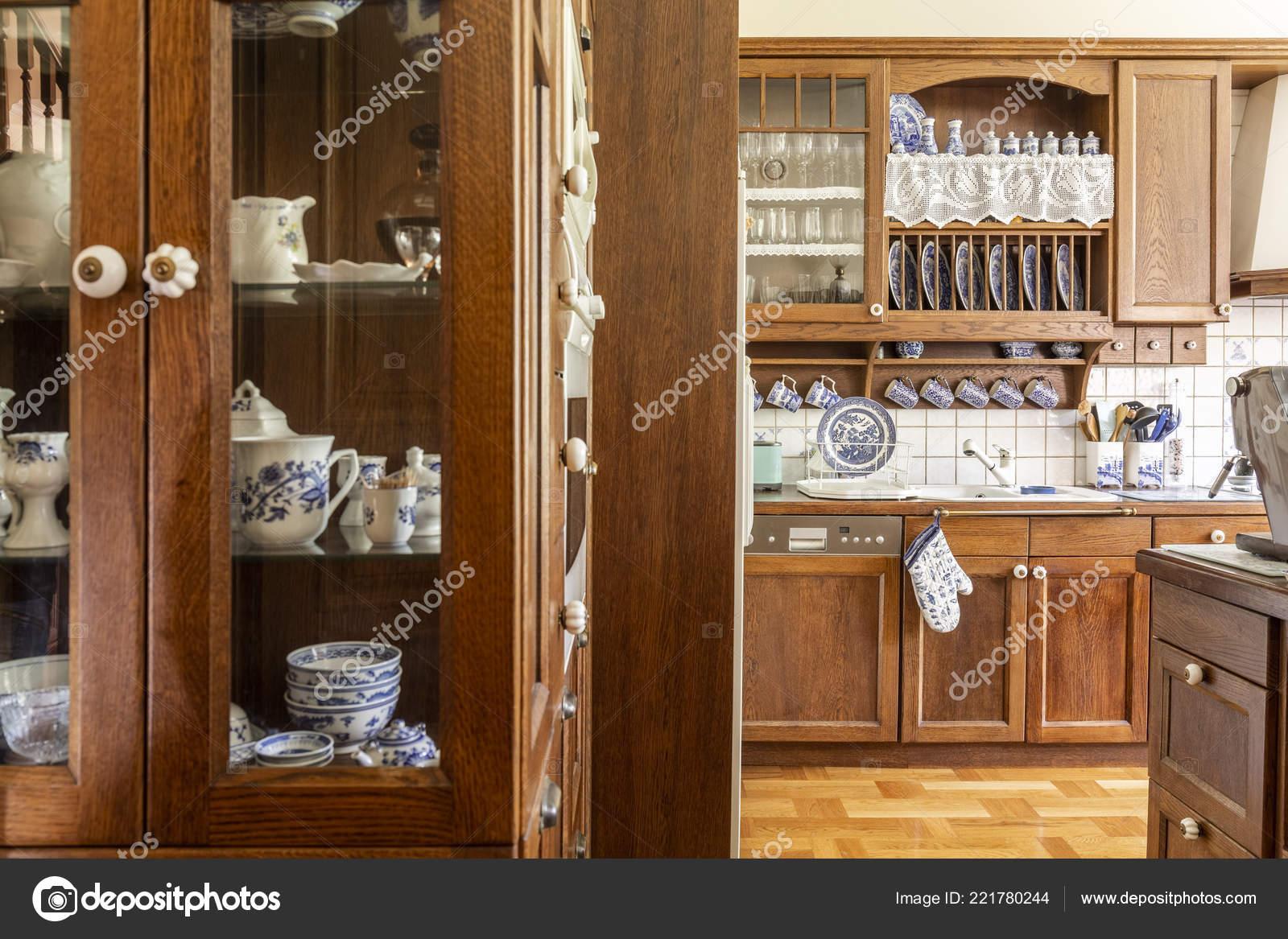 ouderwetse houten kasten met wit kobalt blauw china keuken interieur stockfoto