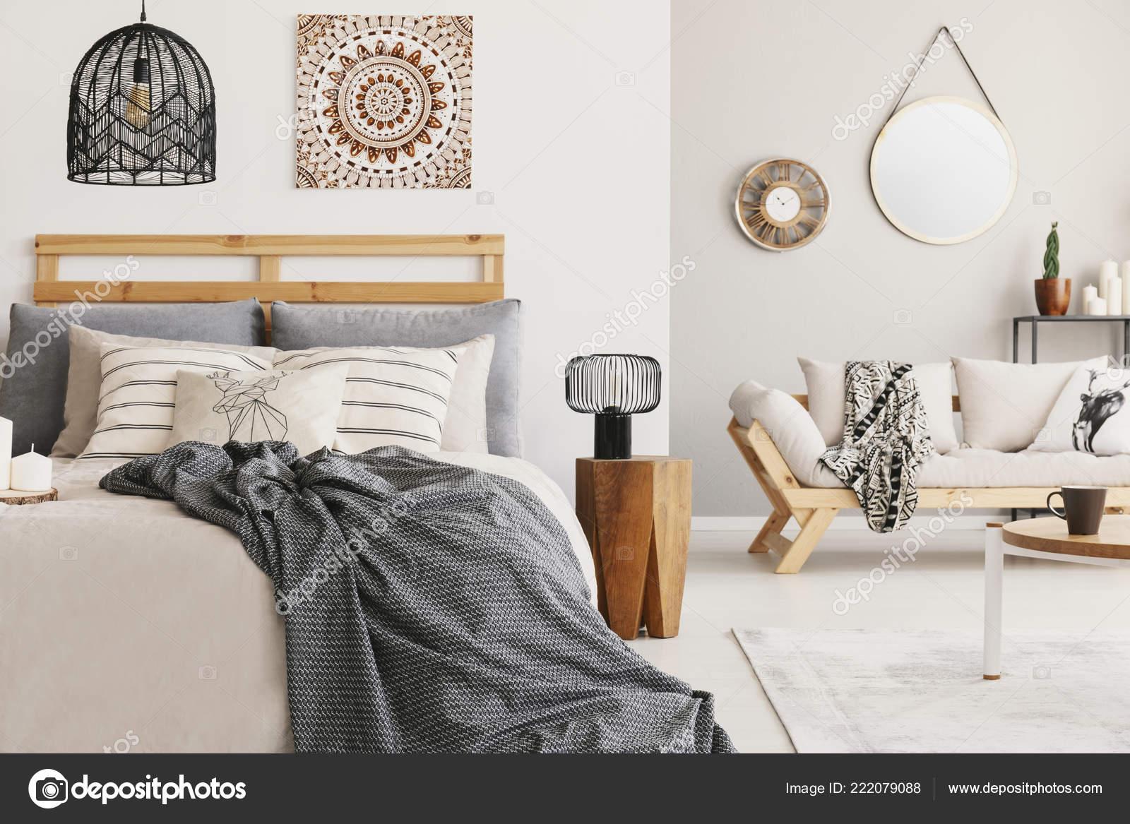 Coperta letto sotto lampada sgabello legno interni camera letto
