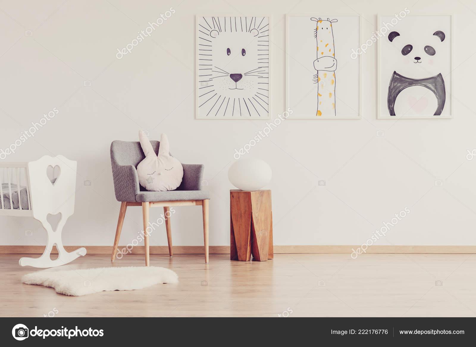 Sedia grigia con cuscino rosa tra sgabello legno presepe bianco