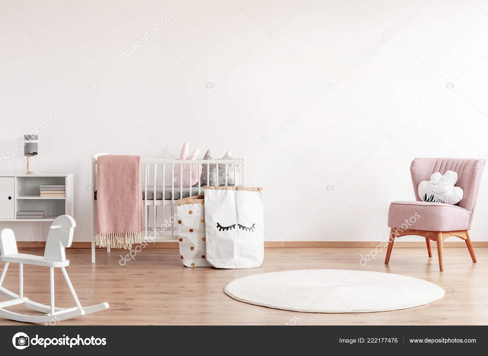 Chambre Bébé Scandinave Lumineux Avec Cheval Bascule Blanc
