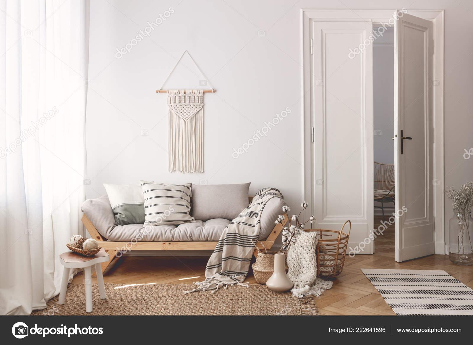 Houten Accessoires Woonkamer : Woonkamer met stijlvolle macrame bank houten accessoires deuren