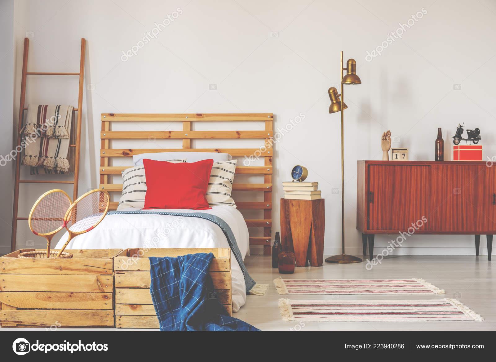 Gouden Lamp Tussen Houten Kast Bed Met Rode Kussen Sport
