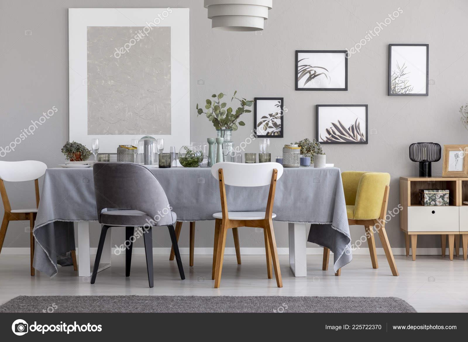 Blanc Gris Jaune Chaise Table Avec Vaisselle Intérieur Salle Manger ...