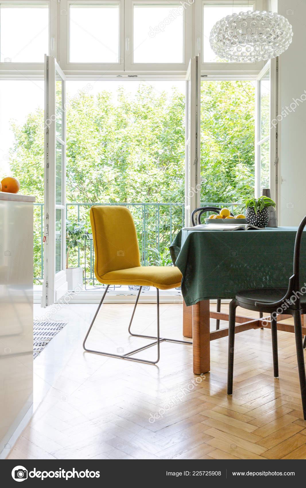 Vista Vertical Mesa Comedor Con Sillas Color Amarillos ...