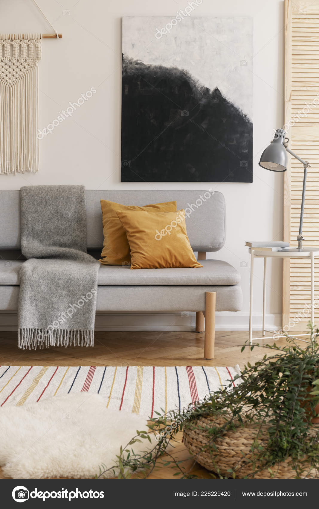 Affiche Au Dessus Canapé Avec Coussins Marron Et Gris Couverture En Boho  Salon Intérieur Avec Lampe.