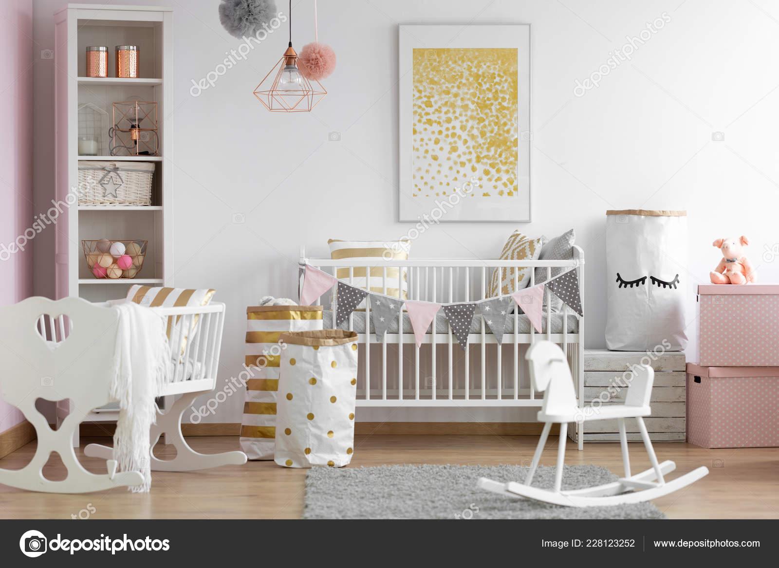 9693475f6 Caballo balancín de madera blanca, cuna y vivero en el interior de  habitación de bebé escandinavo elegante con acentos de blancos y oro, Foto  real– Imagen ...