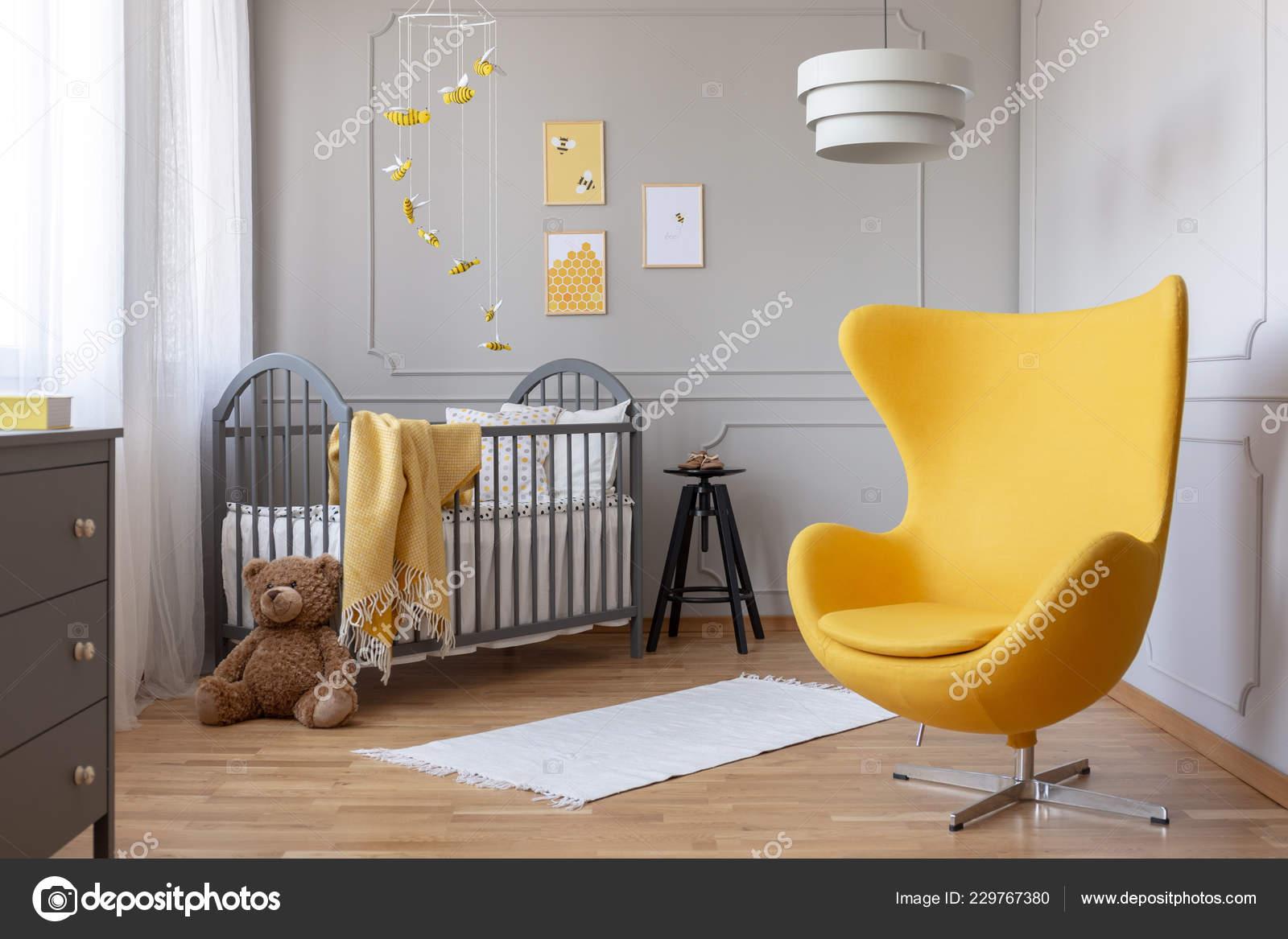 Stilvolle Gelbe Stuhl Der Mitte Modisch Kleinkind Schlafzimmer Grau