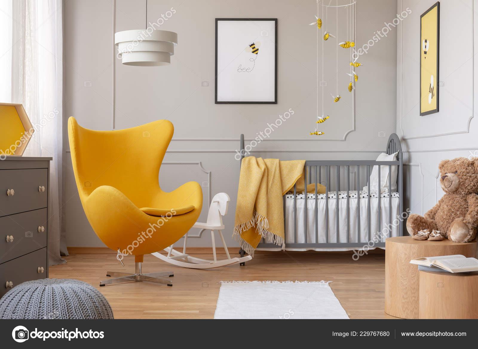 7648531538b Καρέκλα Και Λευκό Άλογο Λικνίσματος Κίτρινο Αυγό Εξελιγμένα Βρεφικό Δωμάτιο–  εικόνα αρχείου