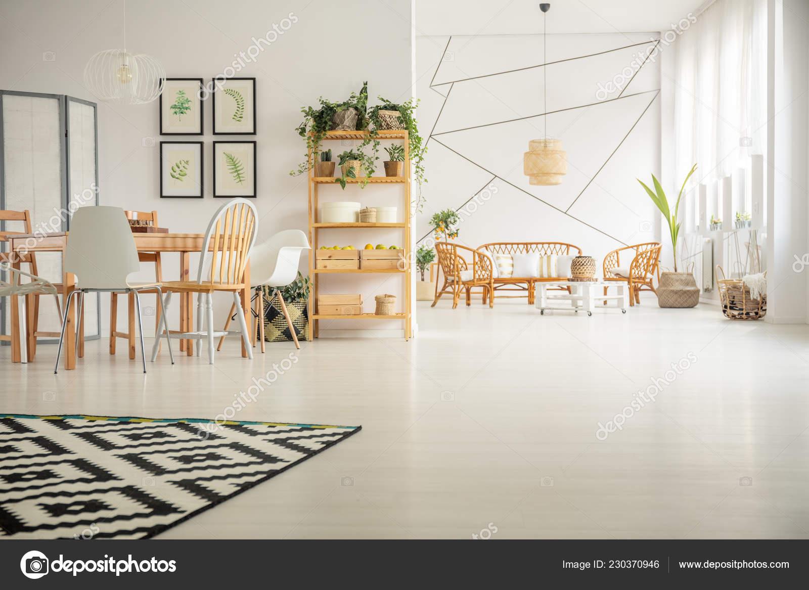Geometrische Muster Auf Weißen Wand In Helle Offen Gestaltete Interieur Mit  Holztisch Mit Stühlen Und Rattan Möbel Im Wohnzimmer U2014 Foto Von ...