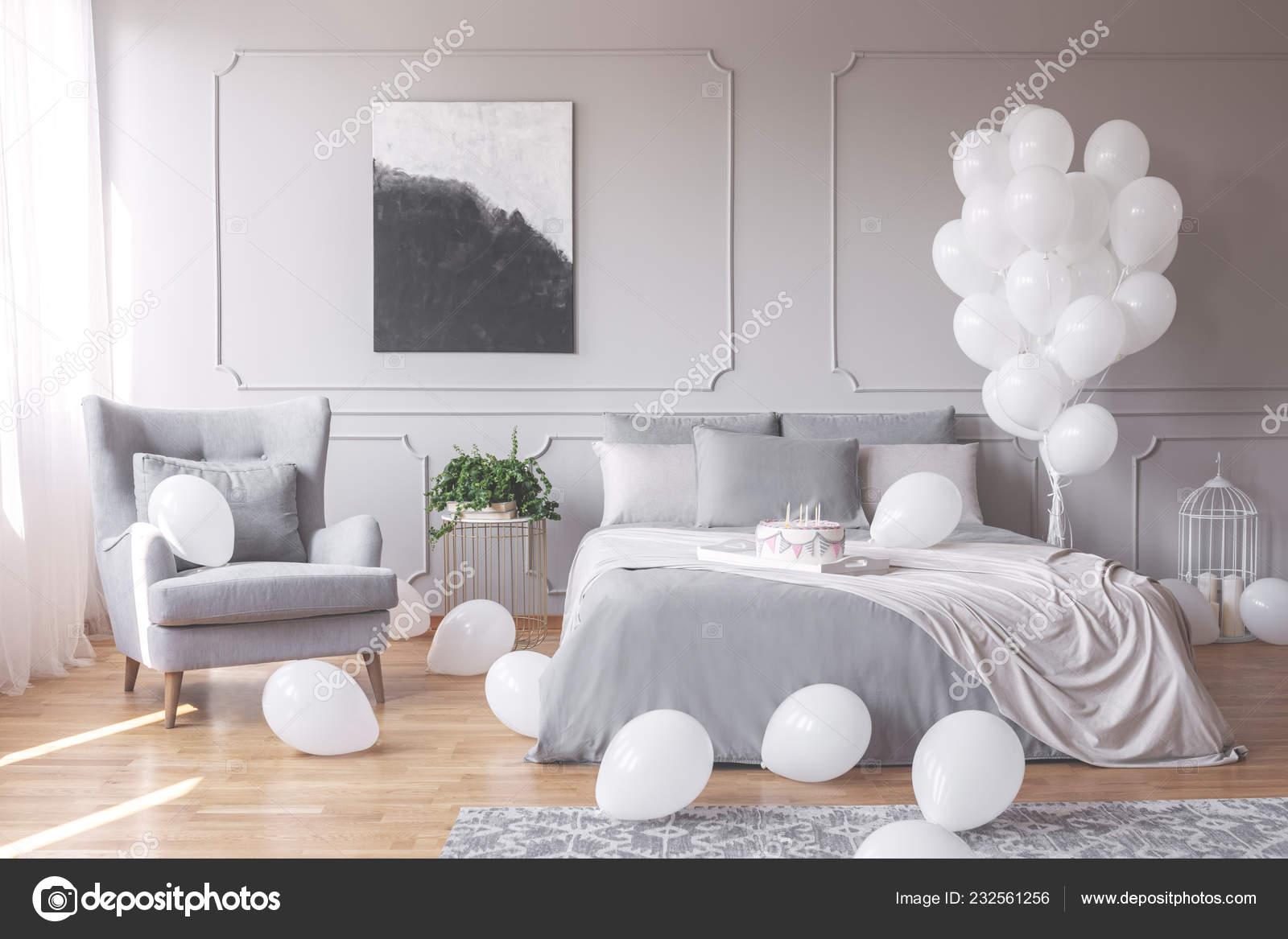 Camere Da Letto Matrimoniali Romantiche : Foto reale interno camera letto romantica con una poltrona letto