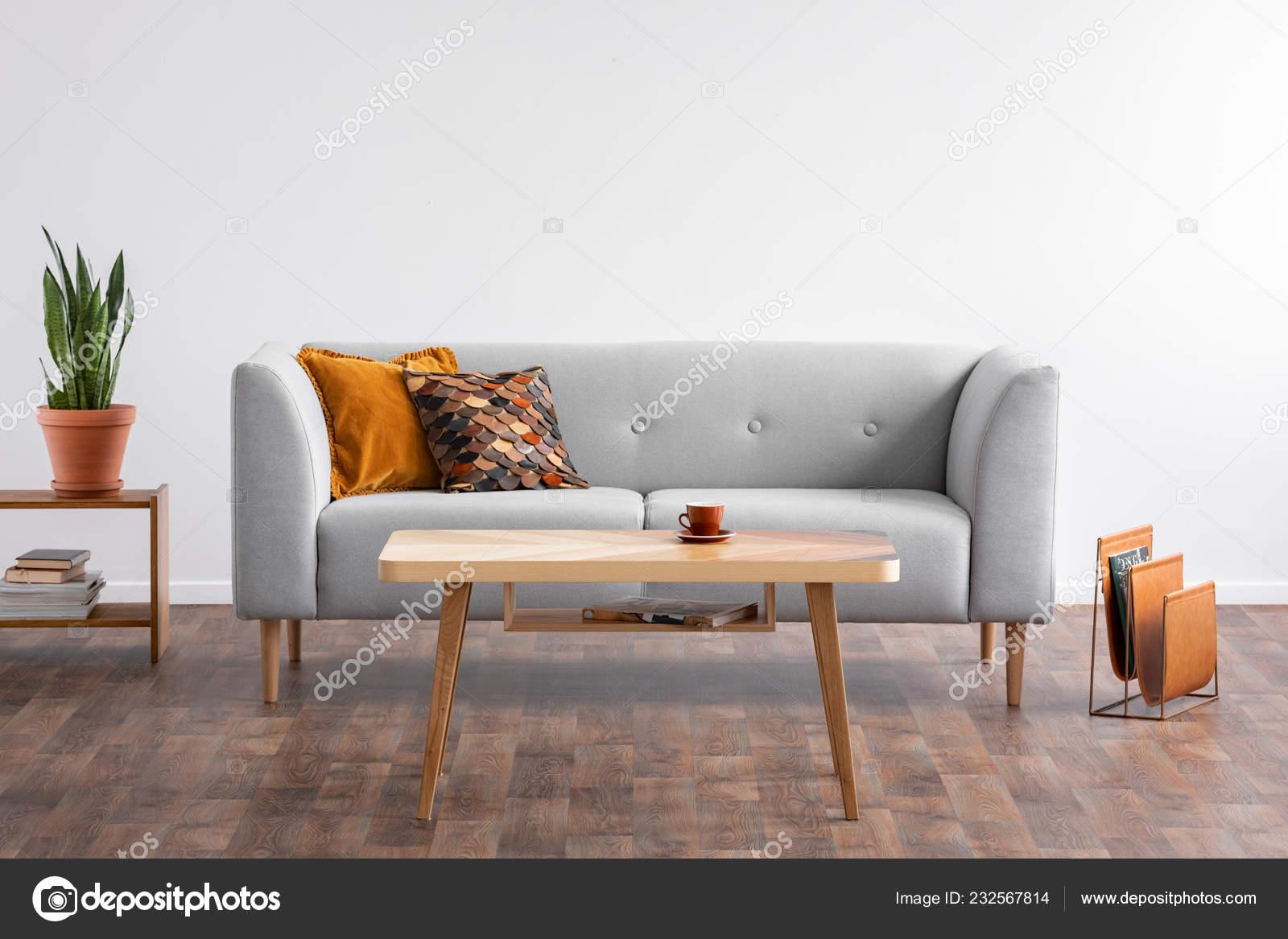 Table Basse Bois Coeur Elegant Salon Avec Canape Gris Porte