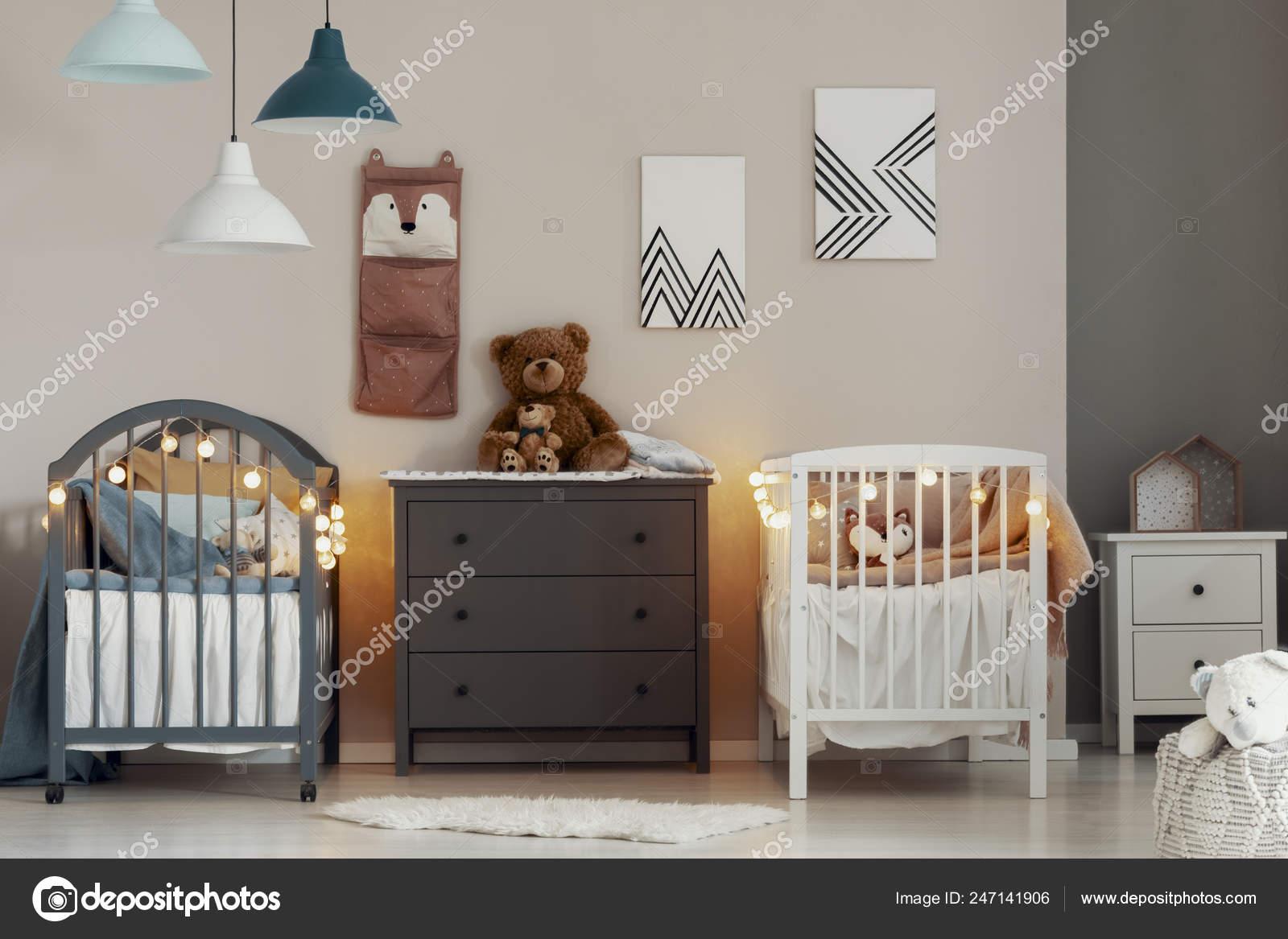 Culle Moderne Bianche.Interno Accogliente Camera Letto Bambini Con Culle Bianche