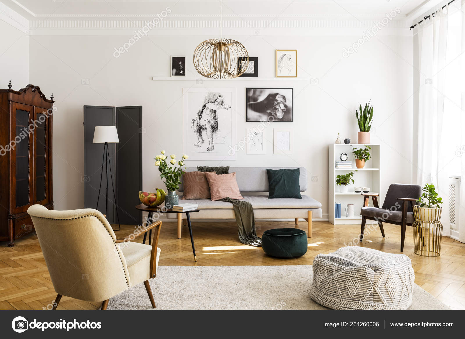 Stilvoller beige Sessel und Pouf auf dem gemütlichen Teppich ...