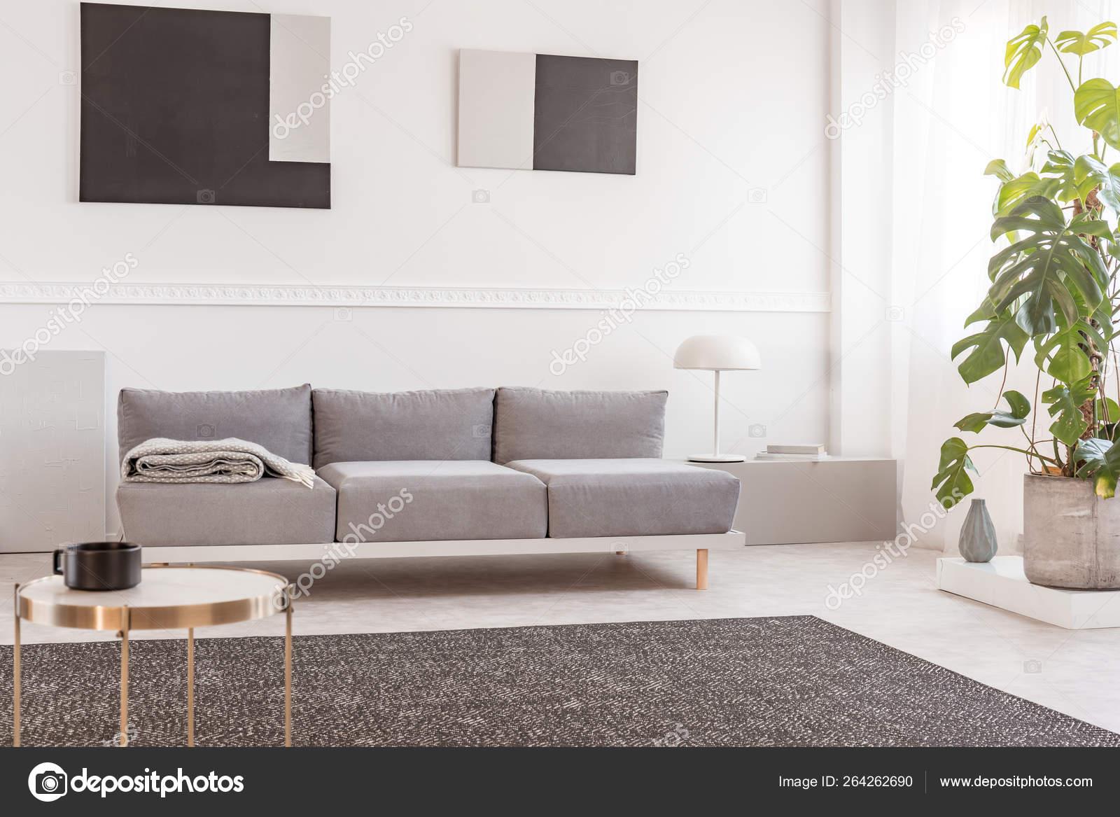 Abstrait géométrique noir et gris peintures sur mur blanc de ...