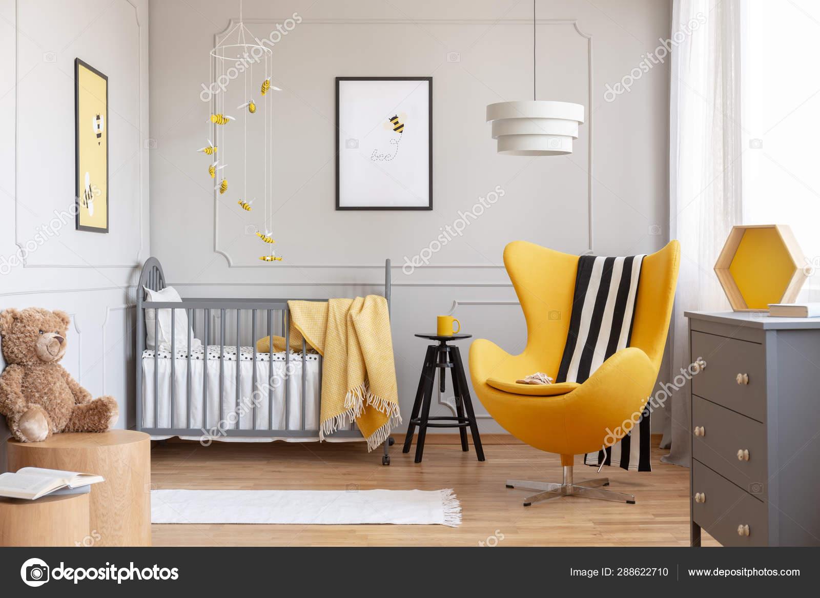 Couverture noir et blanc sur la chaise d\'oeuf jaune dans la ...