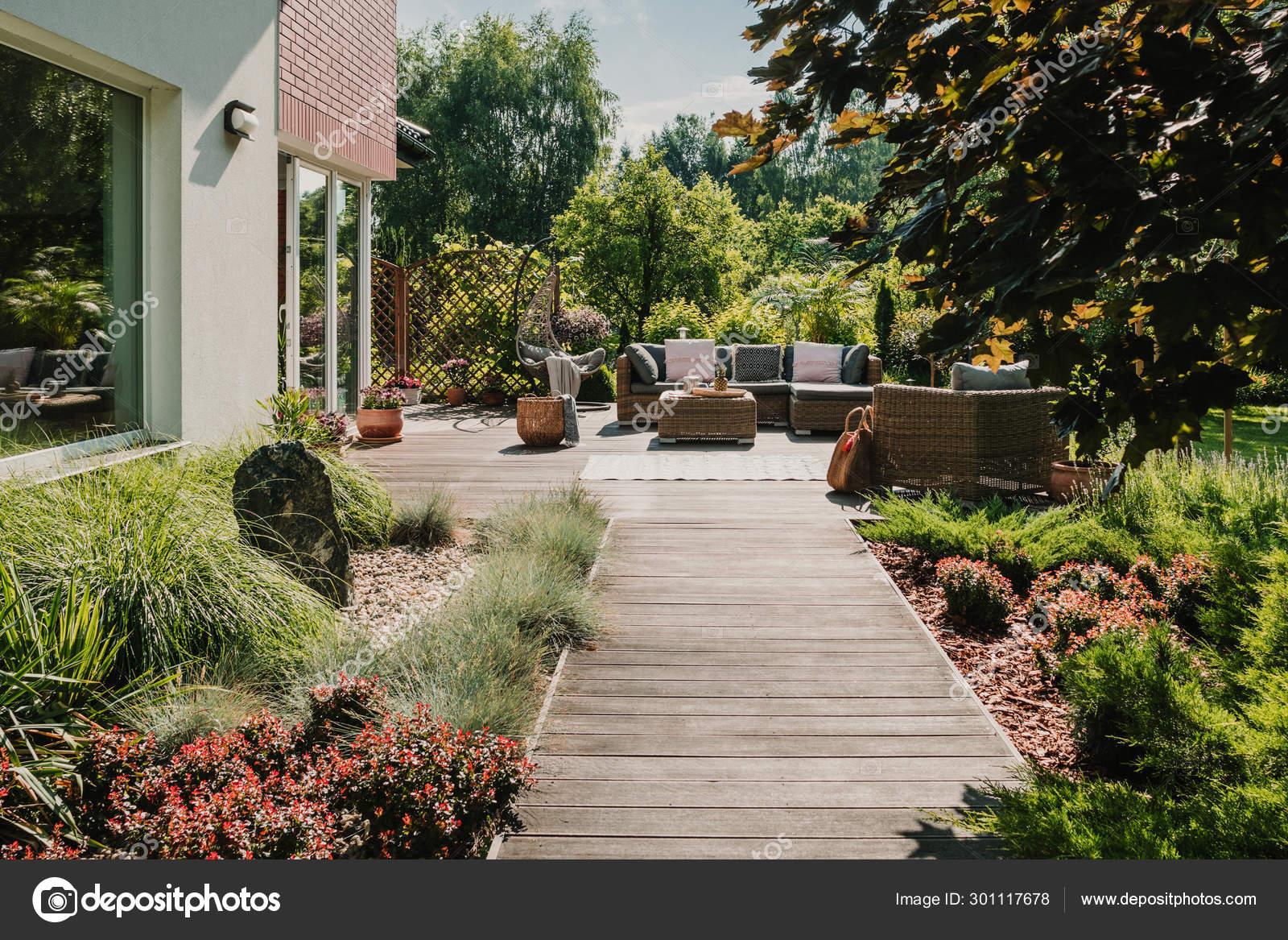 Camino De Madera A La Terraza En El Jardín Con Muebles De