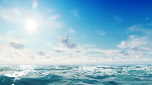 Slunečný den v moři nebo v oceánu. Nádherná ochucení sluncem zářící v levém horním rohu scény s mraky vznášejícího se na modrém nebi na čáře obzoru. Na hladině vody jsou mírné vlny.