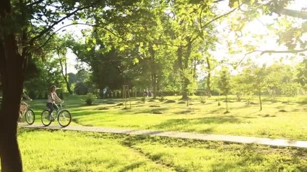 Fiatal szerető pár, míg kerékpárral a Park Ismerkedés