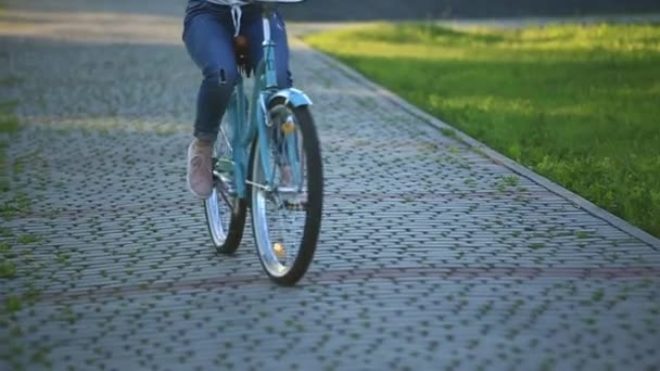 Šťastný pár, jízda na kole v parku. letní čas. Západ slunce
