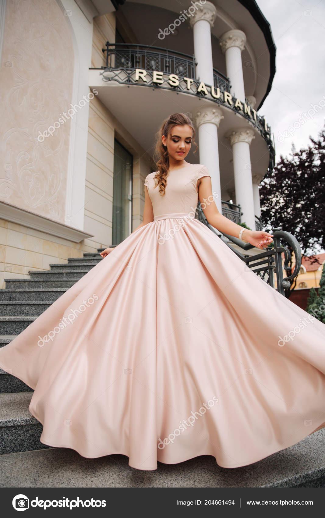 Joung Modell Mit Grossen Abendkleid Stehen Das Restaurant