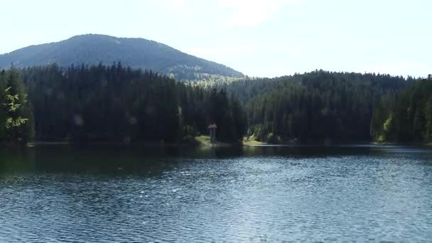 Krásná krajina velké jezero uprostřed lesů a hor