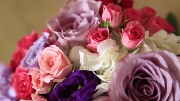 Svatební dekorace mimo. Jarní počasí. Květiny a balónky
