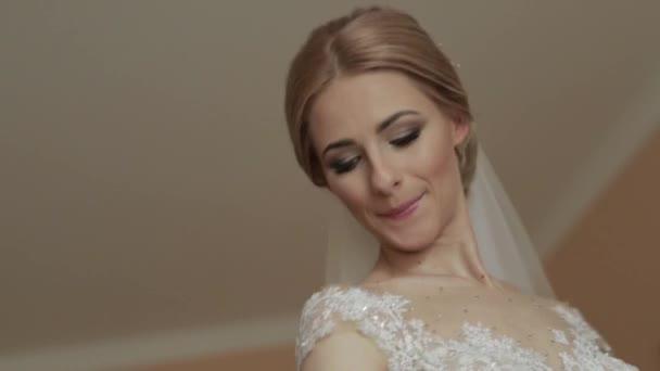 Krásná nevěsta dresset v svatební šaty v hotelu. Žena, blond vlasy. Video