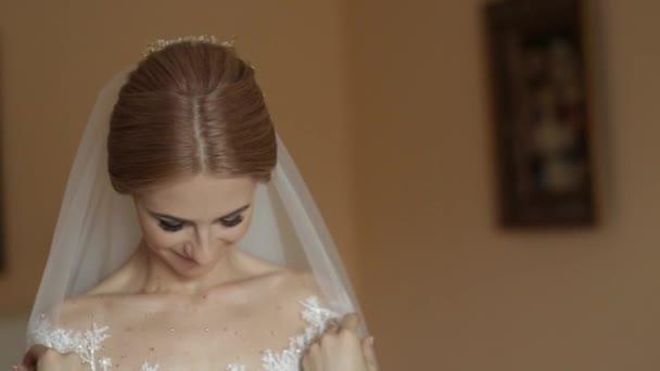 Portréja egy esküvői ruha a menyasszony. A menyasszony ruha, a szállodában. Videó. boldog menyasszony