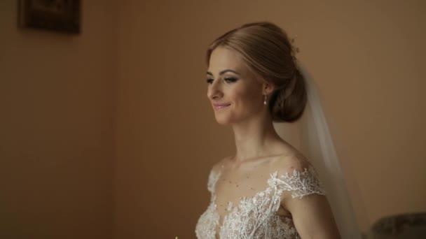 Portrét nevěsty ve svatebních šatech. Nevěsta šaty v hotelu. Video. šťastná nevěsta