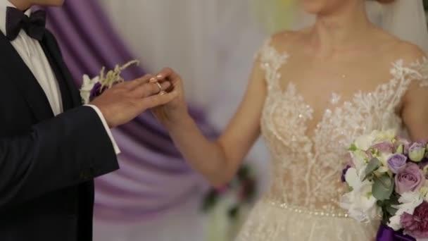 Hochzeits-Zeremonie. Bräutigam und die Braut an ihrem Hochzeitstag