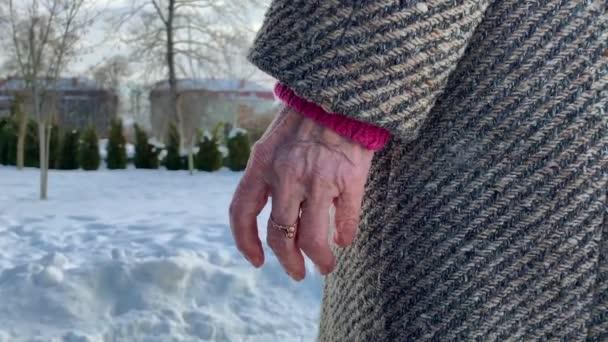 Closeup ruce senioři lidí. Samec a samice. Pár. Dědeček a babička. Láska navždy