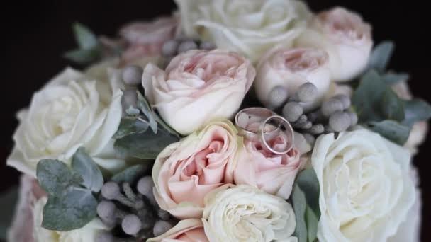 Prsteny z bílého zlata na svatební kytici. Kroužky na květiny.