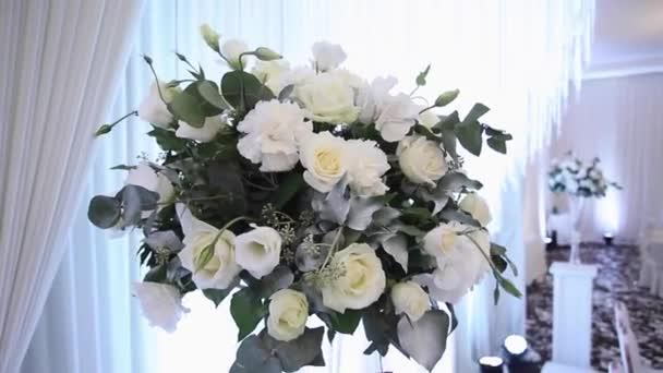 Svatební kytice v restauraci na stole. Bílé květy. Růží a hortenzie