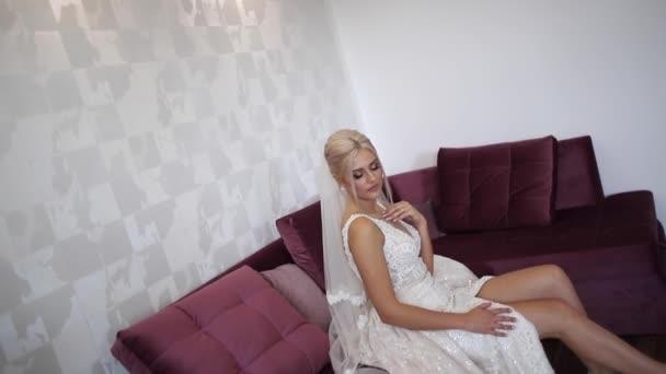 Krásné beide sedí na gauči u ní doma a čeká na ženicha