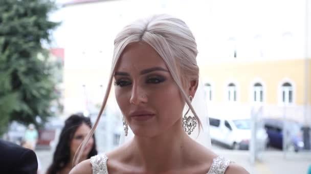 Bella sposa stand dalla Chiesa. Donna dei capelli biondi