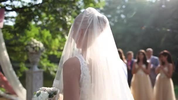 Esküvő házaspár ünnepségen kívül. gyönyörű menyasszony és a vőlegény jóképű. Házasok