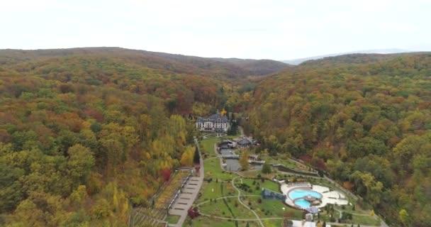 Copter kilátás a tájra. Erdőkkel és hegyekkel körülvett épületek. Természetvédelmi parkok