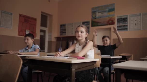 Chlapec a dívka sedící u stolu a psaní textu