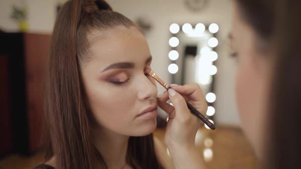 Malířka, perfektní večerní make-up. Zrzek krásy s dokonalou kůží a pihami