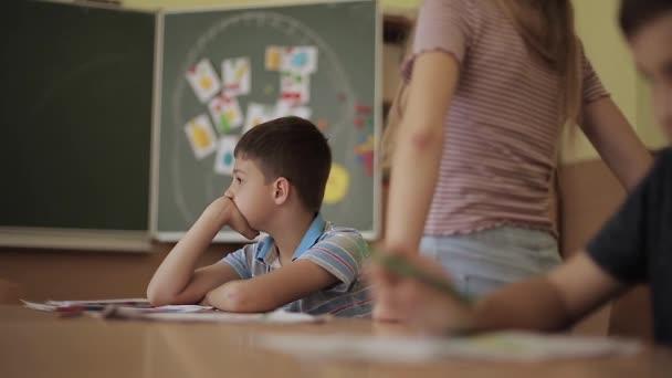 Schoolboy emelkedik az osztályban. Általános iskola. Oktatás